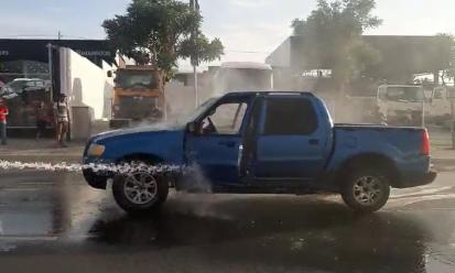Vehículo de la empresa de agua apaga incendio de un carro particular