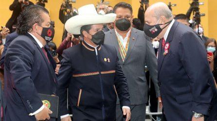 El maestro y líder sindical Pedro Castillo asume la presidencia de Perú