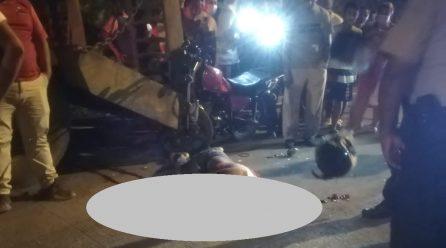 Motociclista muere al impactarse con plataforma estacionada en El Carmen