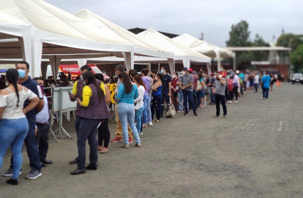 ¡Llegó la Sinovac a Portoviejo! Ciudadanos hacen largas filas para recibir la segunda dosis