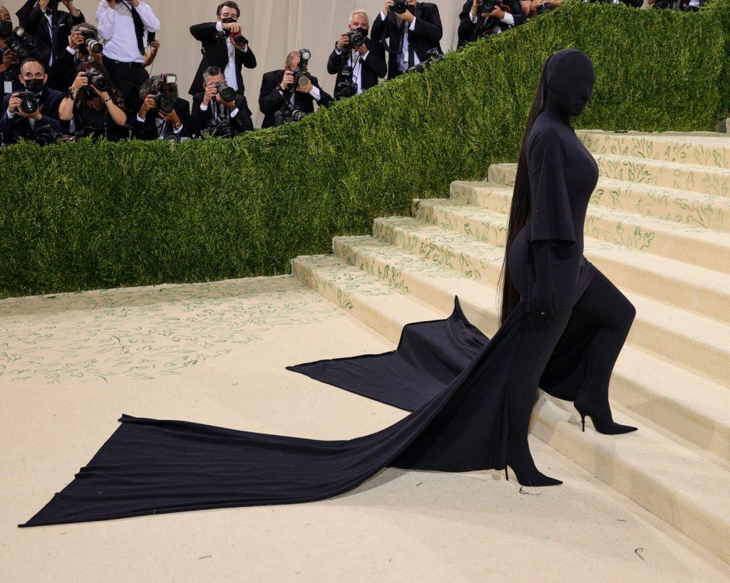 ¡Lo hizo de nuevo! Kim Kardashian atrae todos los focos de la Met Gala con un vestido jamás visto